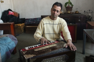 Mindra Sahadeo in his Richmond Hills home, playing one of the Madhura harmoniums he designed with a friend in Calcutta.